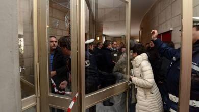 Oms Ratto, la rabbia degli operai Giù una porta a Tursi, vigilessa ferita  /   foto