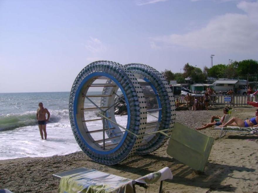 """Dalla Liguria alla Corsica """"camminando"""" in una maxi ruota"""