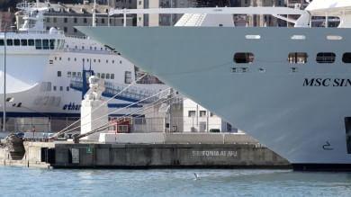 Genova, incidente in porto    Vd     la Msc Sinfonia urta la banchina