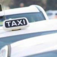 Taxi-Uber, la battaglia dei prezzi: addio tariffa fissa e sconti agli studenti