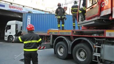 Sampierdarena, il camion s'incastra  nel cavalcavia, traffico in tilt  nel pomeriggio