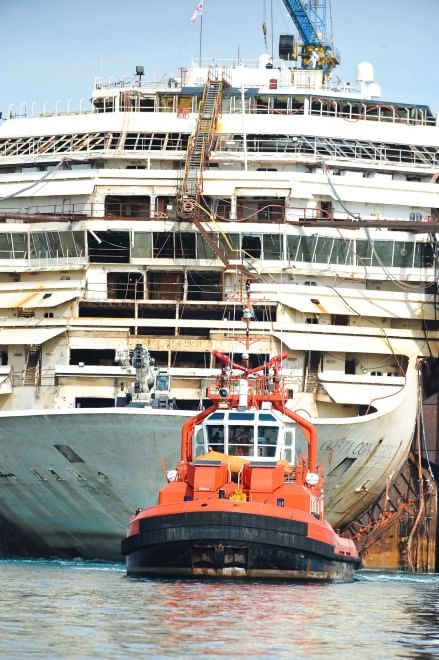 La Concordia riprende il mare