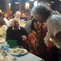 Grillo cameriere, serve trofie ai tavoli per il movimento