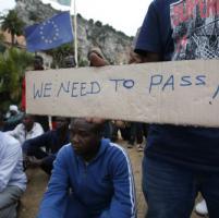 Migranti bloccati a Ventimiglia, allontanati dalla polizia con una carica, ora minacciano di gettarsi in mare