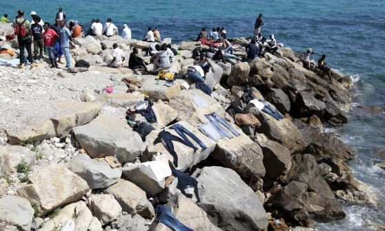 Ventimiglia, quarto giorno sulla scogliera, il Comune chiede sostegno, la Regione dice no