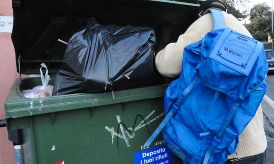 I rifiuti come lavoro: in tremila a Genova vivono recuperando oggetti dai cassonetti