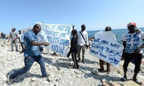 Ventimiglia, migrante sale su una gru per protesta
