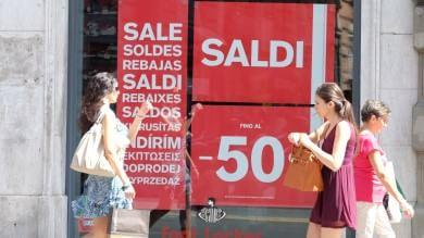 Saldi, affari per i mattinieri, il sole cocente non aiuta lo shopping  del primo giorno     Ft