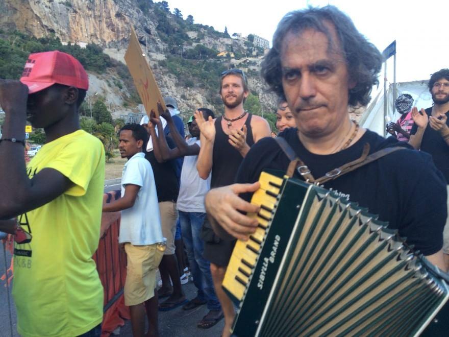 Balzi Rossi, con Vauro e Têtes de Bois in musica la protesta dei migranti