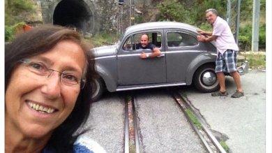 Trenino di Casella, una pioggia di selfie:  il cane, la mamma e il Maggiolone sui binari