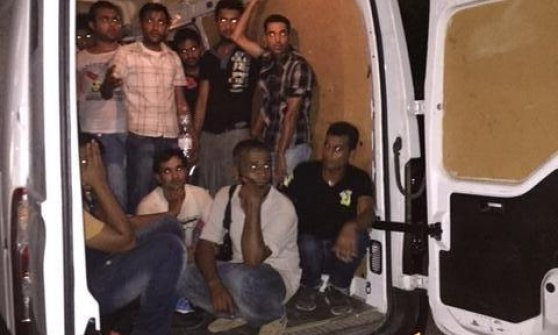 Mentone, salvati 24 migranti ammassati in un furgone, arrestato il passeur