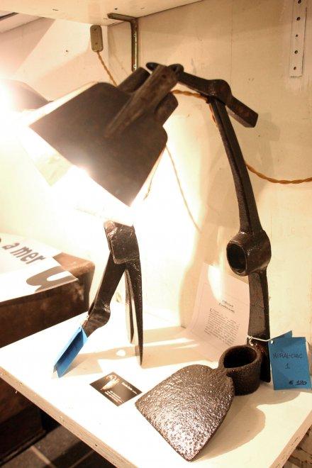 Da una zappa ecco una lampada, riciclare è un'arte
