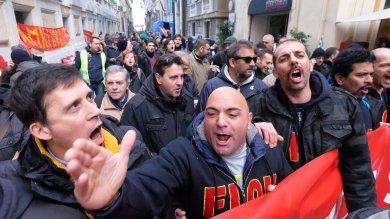 """Appalti Iren, ancora in piazza  """"Pronti a sciopero della fame""""  Foto"""