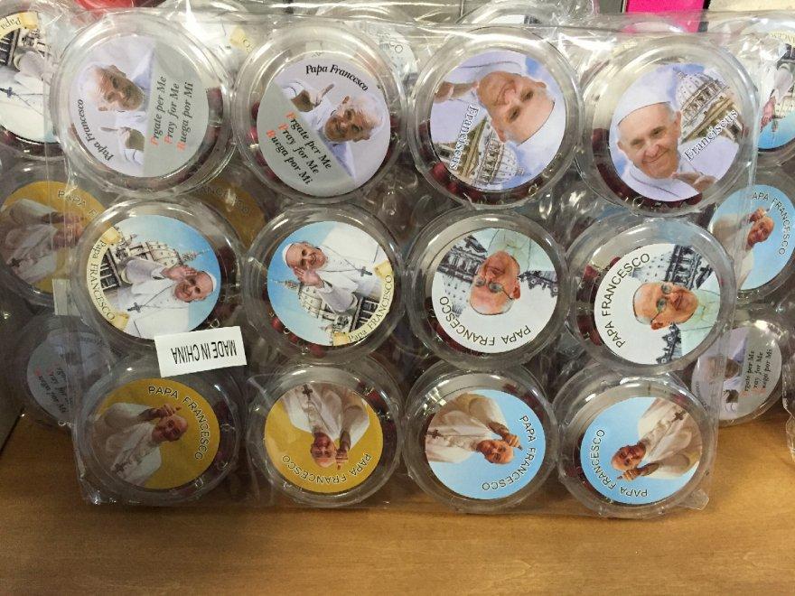 Genova, rosari illegali con l'immagine di papa Francesco sequestrati dalla Finanza. Le false griffe all'assalto del Giubileo