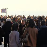 Un Natale primaverile, tutti a passeggio sul mare