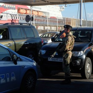 """Porto di Genova, altri sette libici fermati ed espulsi, il pm: """"Traffico di auto finanzia Jihad"""""""
