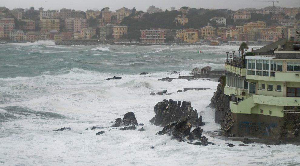 Mareggiate sulla Liguria, la burrasca continua