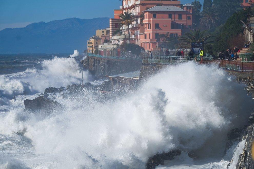Mareggiata su Genova, a Levante scatta il turismo dell'onda