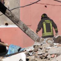 Arnasco, anche Toti sul luogo della palazzina crollata