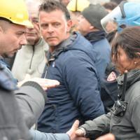 Ilva, poliziotta si toglie il casco e stringe la mano ai lavoratori. lei gesto istintivo