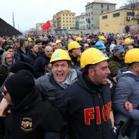 Ilva, poliziotti e operai, il faccia a faccia