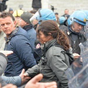 """La poliziotta e l'operaio Ilva si stringono la mano, """"Un gesto di umanità siamo tutti lavoratori"""""""