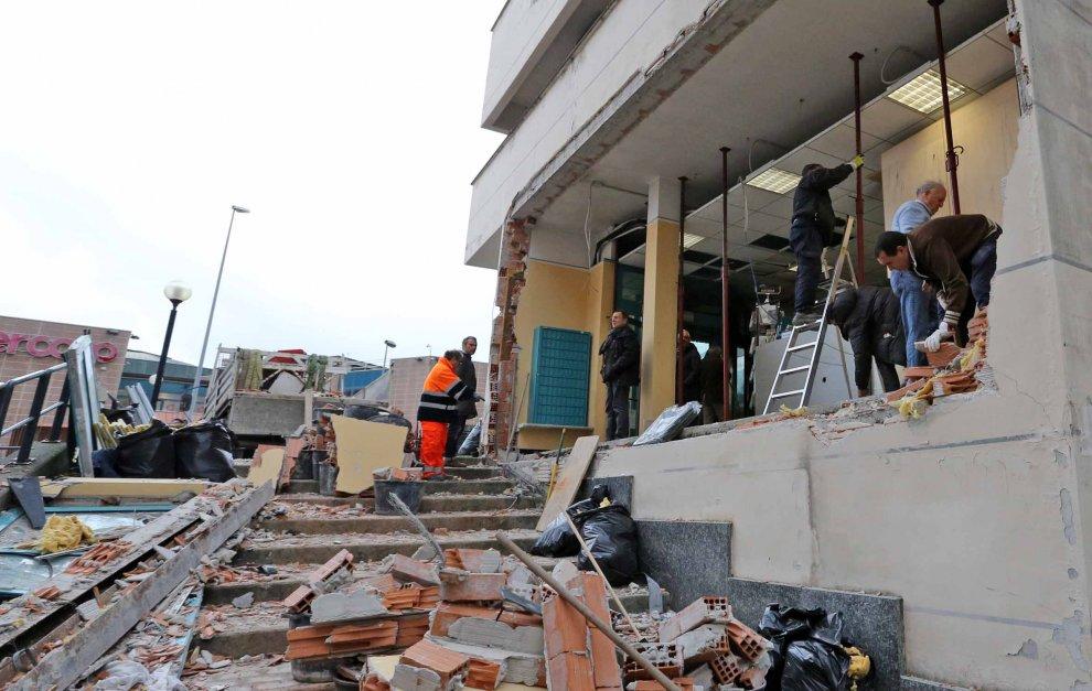 Genova, cercano di far esplodere il bancomat, crolla il muro della banca