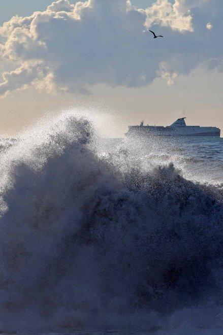 Genova, lo spettacolo della mareggiata, onde in strada, chiusa l'Aurelia a Sestri Levante