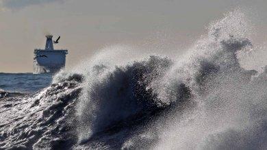 Genova, lo spettacolo della mareggiata