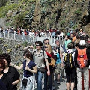 """Troppi turisti alle Cinque Terre, """"Numero chiuso su treni e sentieri"""""""
