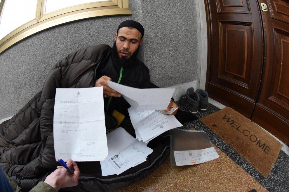Non Gli Danno Il Passaporto Tunisino Si Cuce La Bocca 1