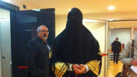 Otto marzo, consigliera leghista in Liguria si presenta in aula con il burqa