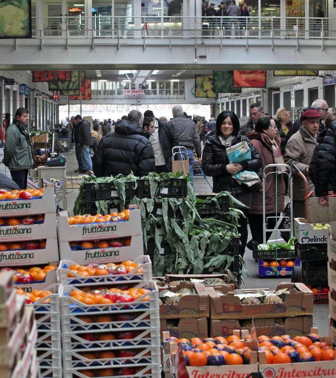 Bolzaneto il mercato diventa la stazione della frutta e for Mercato frutta e verdura milano