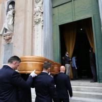 L'addio a Francesca, una intera città commossa