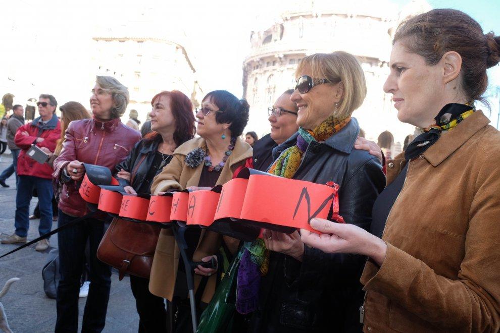"""Flash mob a De Ferrari contro violenza di genere """"Break the Chain"""" e """"Bread&Roses"""" per dire basta"""