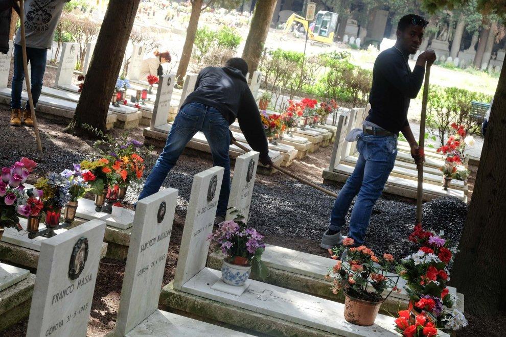Al cimitero di Staglieno le tombe dei partigiani pulite dai migranti
