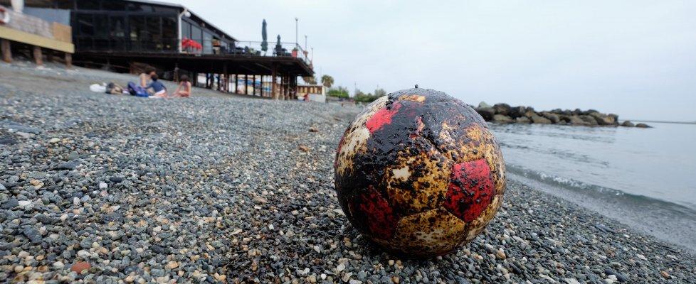 Il petrolio al largo di Varazze, già in spiaggia a Pegli. La Regione irritata 'Iplom non si impegna'