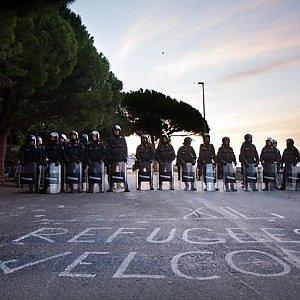 Ventimiglia, migranti respinti in blocco e sgomberati, via in aereo da Genova