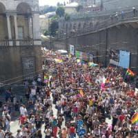 Liguria Pride, in migliaia  al corteo colorato per tutte le famiglie , pensando a Orlando