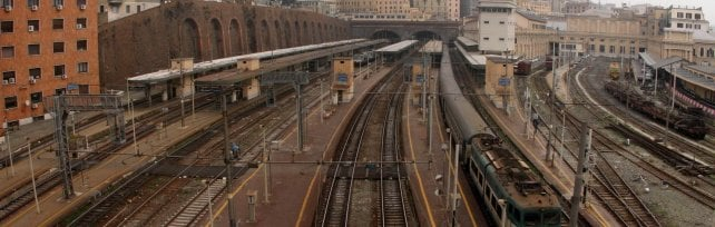 Guasto alla linea, i passeggeri scendono dal treno e vanno a piedi lungo i binari