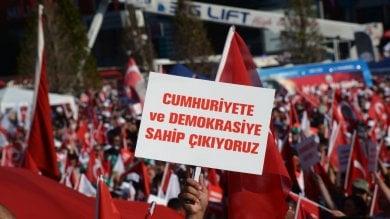 """""""No alla repressione in Turchia"""",  sotto il consolato il presidio è bipartisan"""