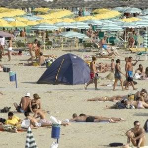 """Spiagge libere in Liguria assalto dall'alba al tramonto,  scatta la rivoluzione:  """"Aree attrezzate anti-caos"""""""