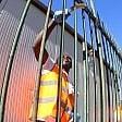 I migranti al lavoro: pulizie   in piazzale Kennedy