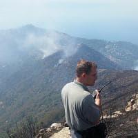 """Incendi in Liguria, il monte Fasce sta ancora  bruciando, mezza Genova """"velata"""" dal fumo"""