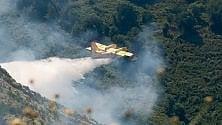 Le manovre dei Canadair per domare l'incendio al Fasce     Foto        Video  di ANDREA LEONI