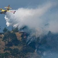 Incendi: due elicotteri sul monte Gazzo, focolai sul Fasce