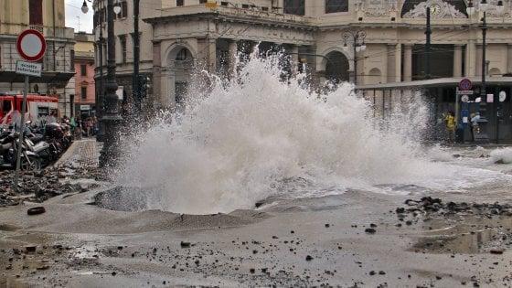 Genova, esplode un tubo dell'acqua in corso Firenze, a secco diverse abitazioni