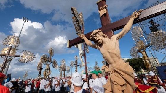 """Genova, la preghiera dei 20 mila. Bagnasco : """"Giovani, non scoraggiatevi mai"""""""