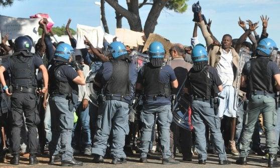 Ventimiglia-Taranto, sprechi e misteri dei trasferimenti al sud dei migranti