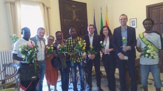 Ventimiglia, le rose dei migranti a cittadini, sindaco e polizia per ricordare le vittime dei barconi
